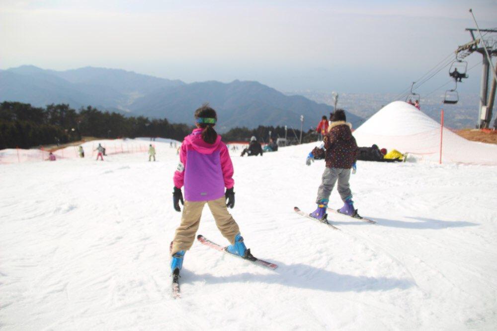 メインゲレンデでスキーをする子どもたち