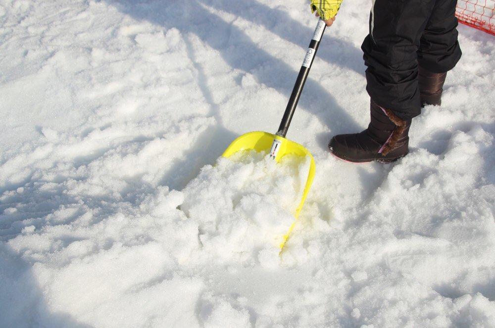 雪かき用スコップで雪を掘る