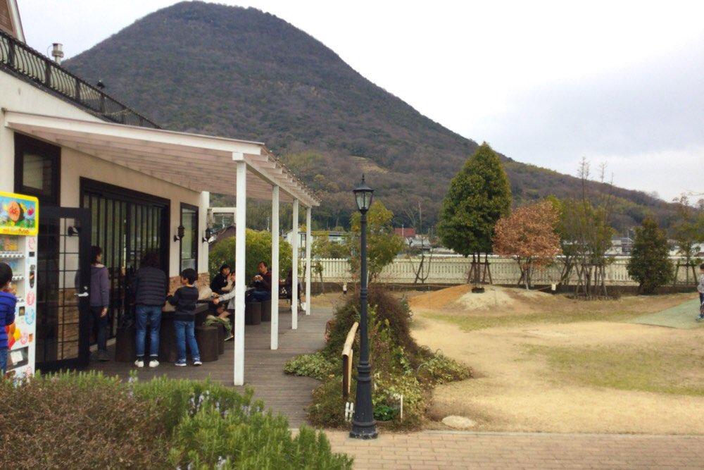 飯野山を見ながら外で食べるのも