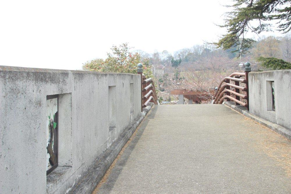 アーチ橋の上を通る