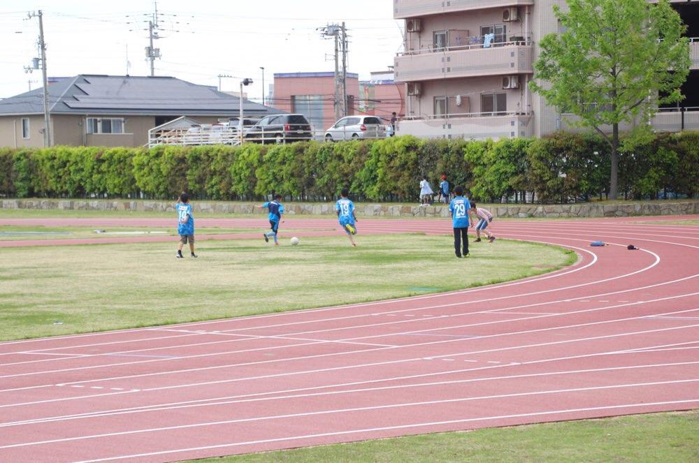 芝生(補助競技場)でサッカーをする子どもたち