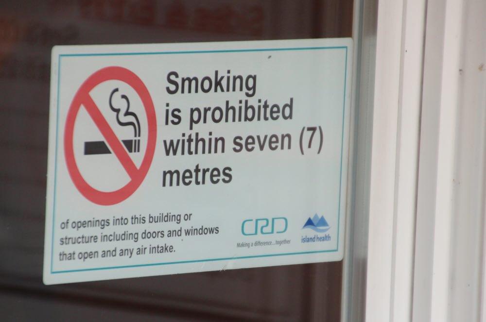 タバコは7メートル離れたところで