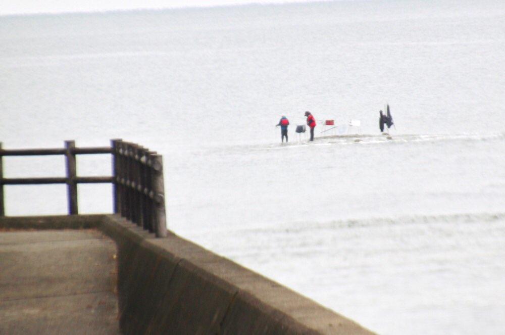 釣り人が海の上に立ってるみたい