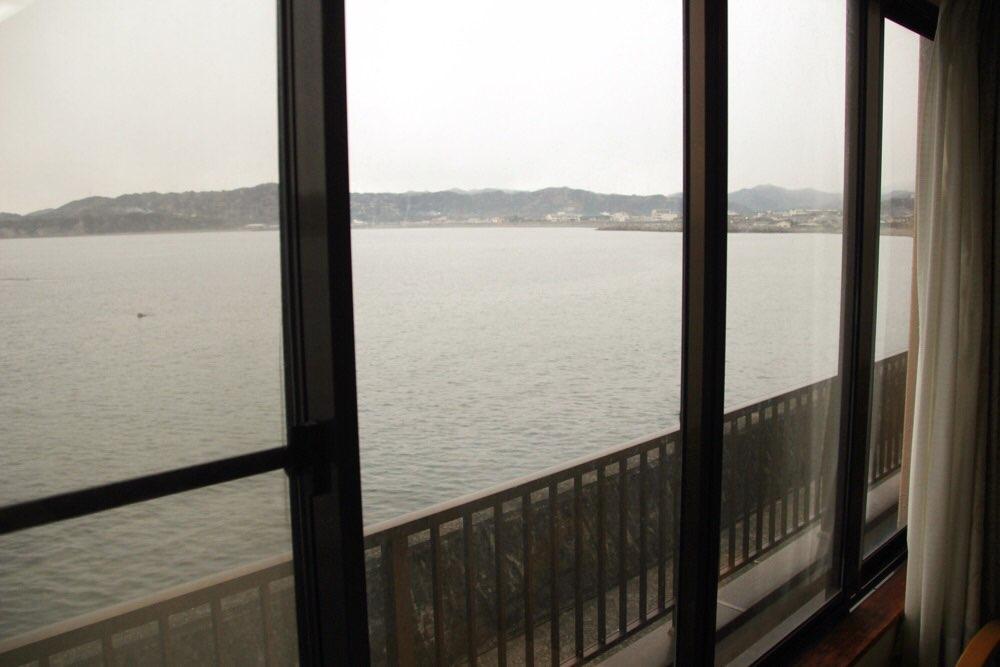 海の横にある旅館