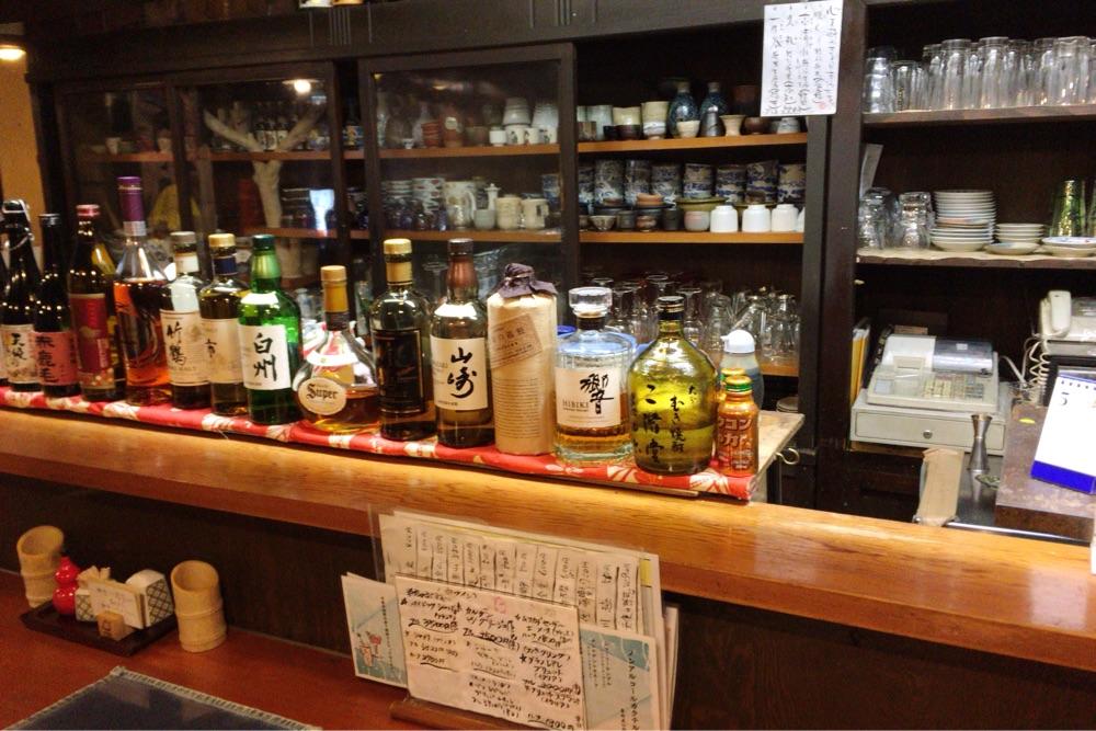 カウンターテーブル前にはお酒が並ぶ