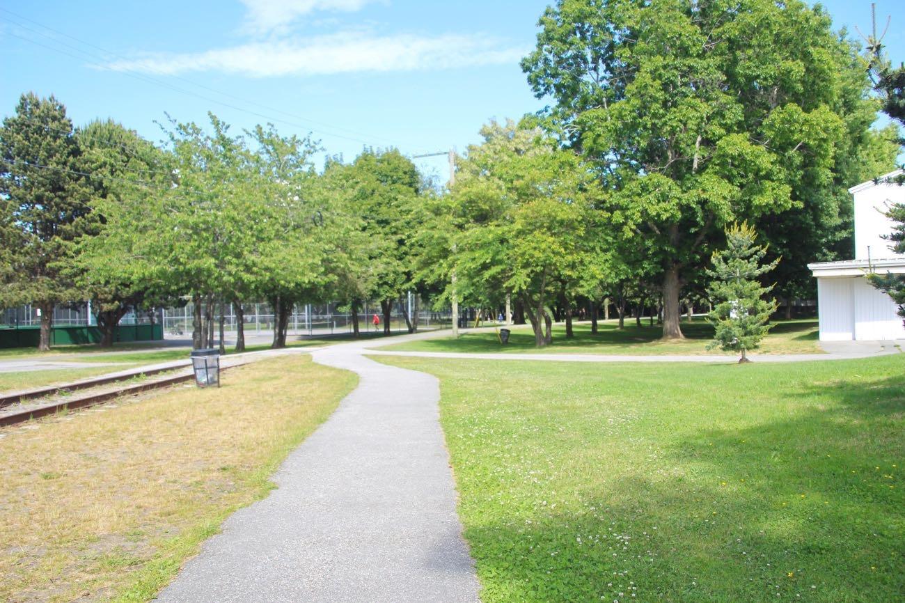 散歩道が公園のまわりにあります
