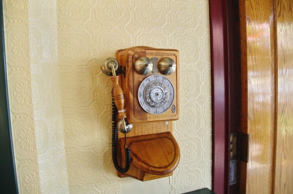 入り口に入ってすぐにある古い電話