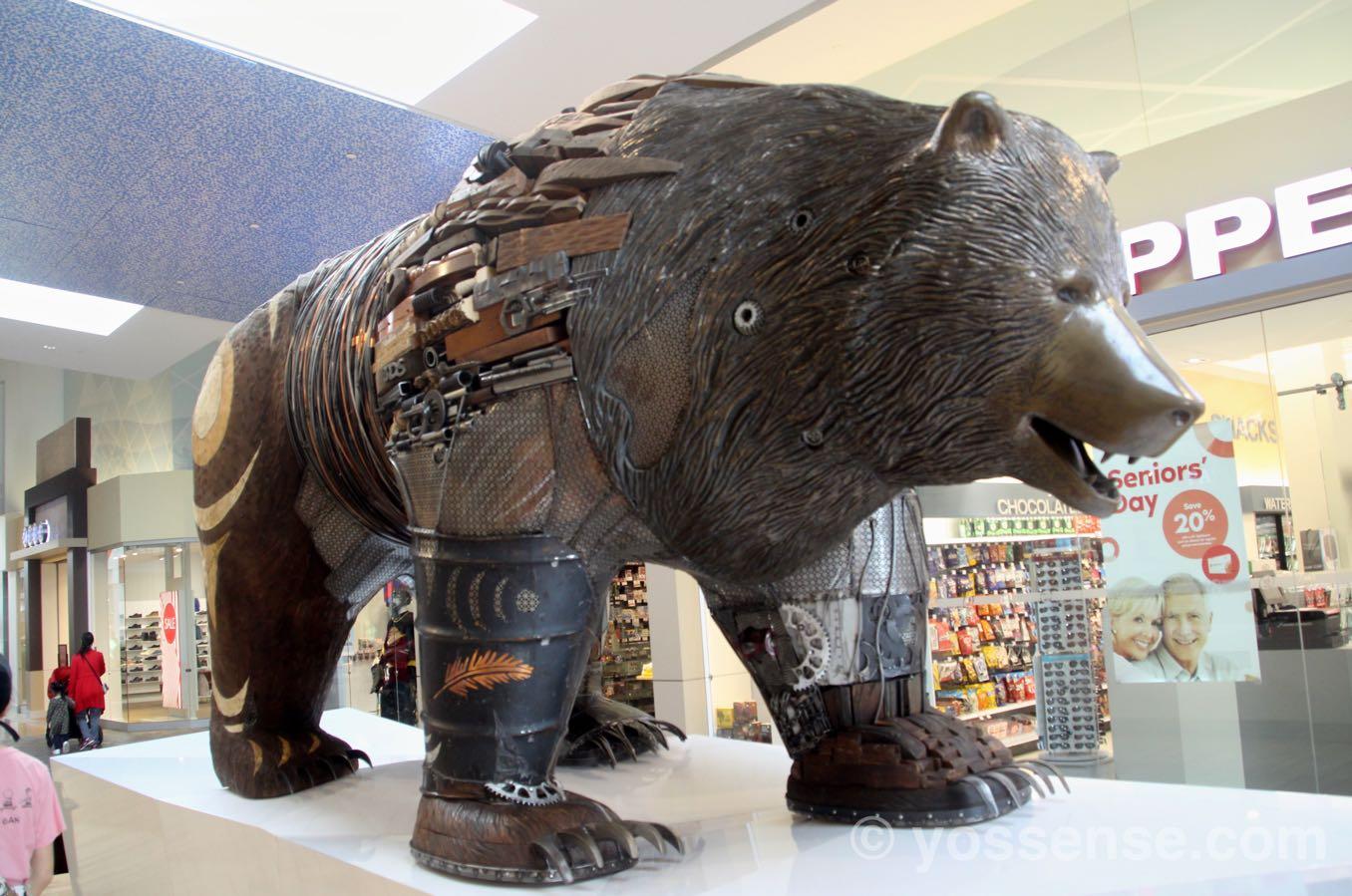 廃材のようなもので作られたクマ