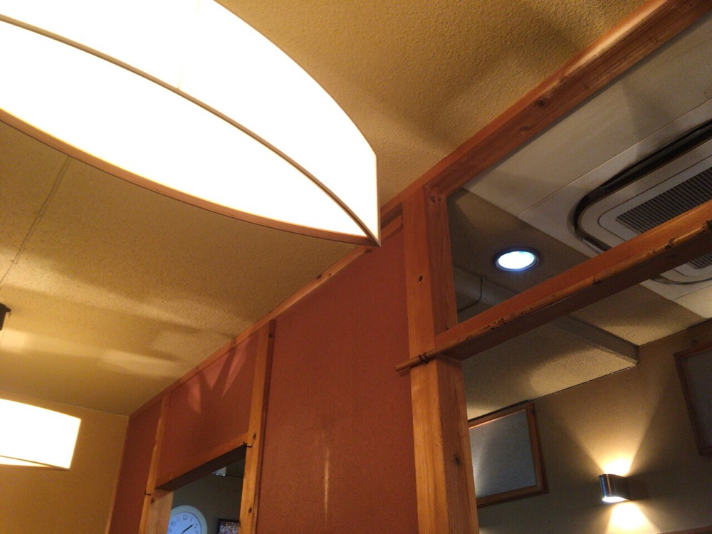 個室から天井を見た