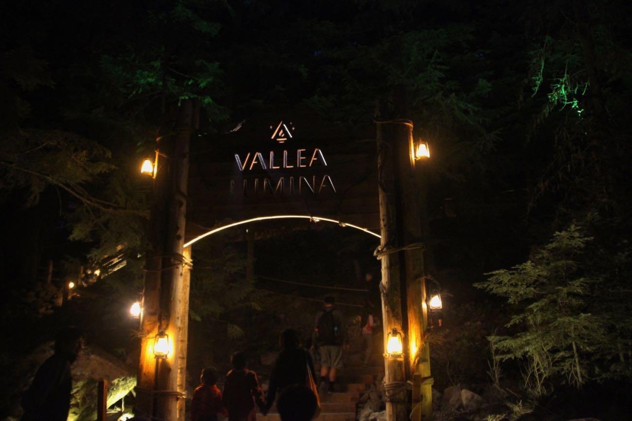 「VALLEA LUMINA」と書かれた門