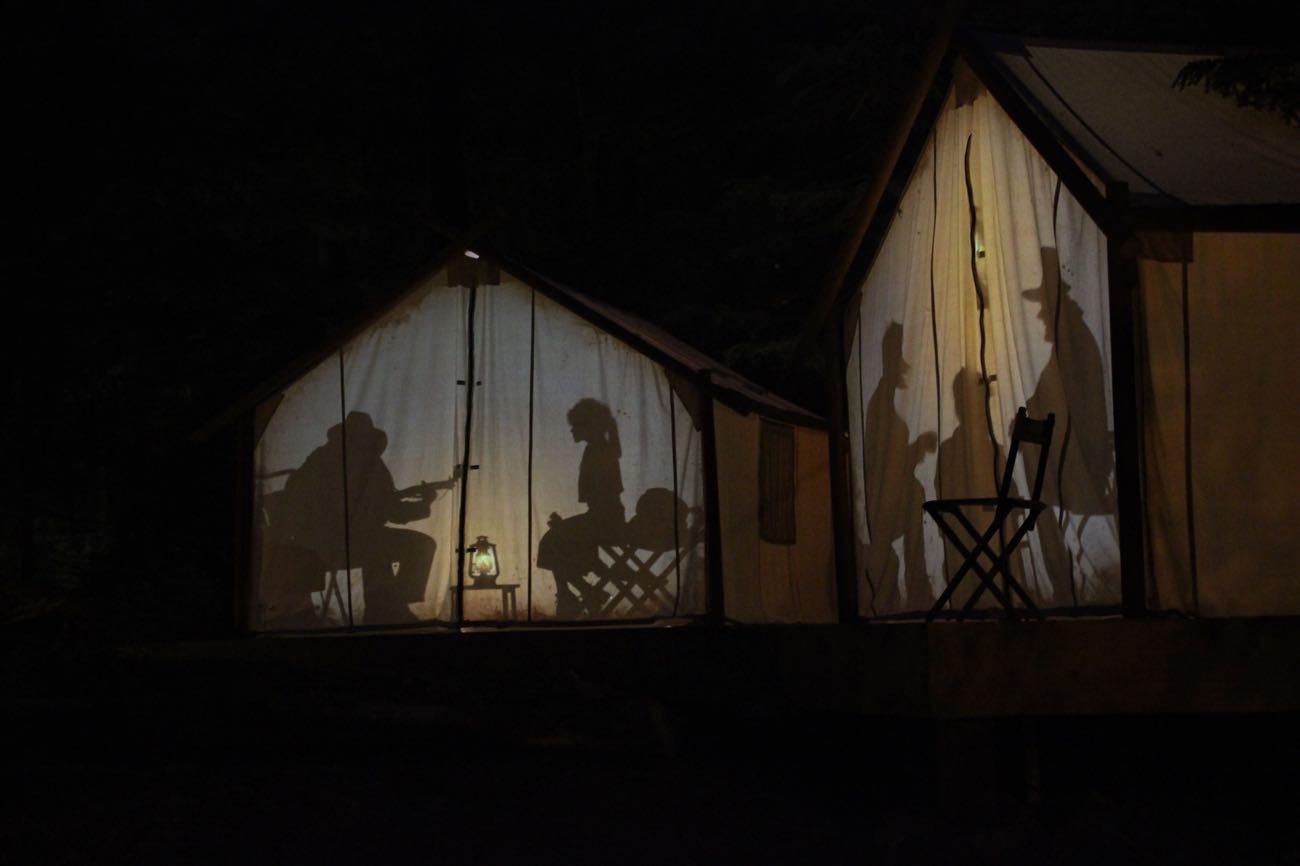 おじいさんと子どもの影がテントから