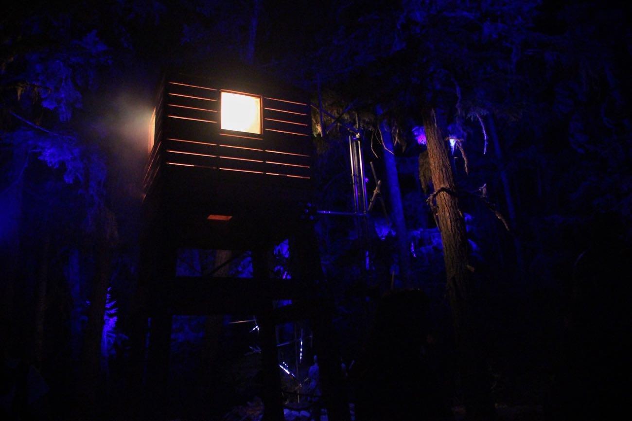 ぴかぴかと光る小屋