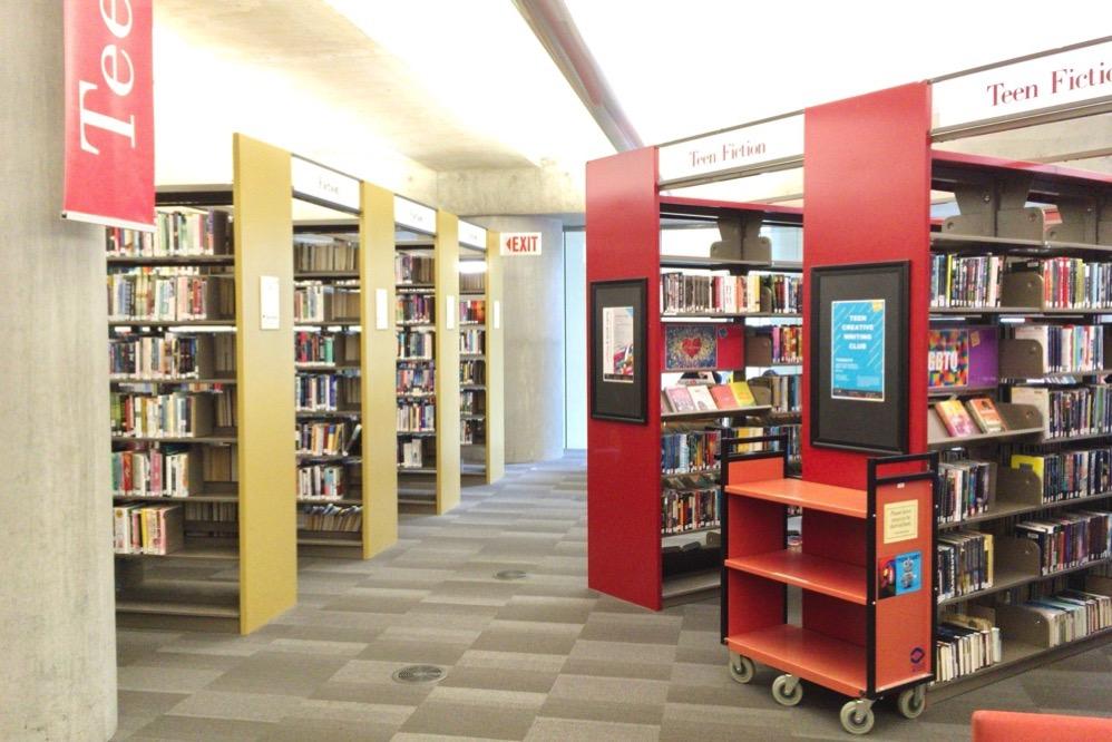 図書館にはたくさんの本が