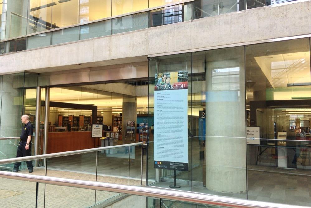 バンクーバー市立図書館本館への入り口