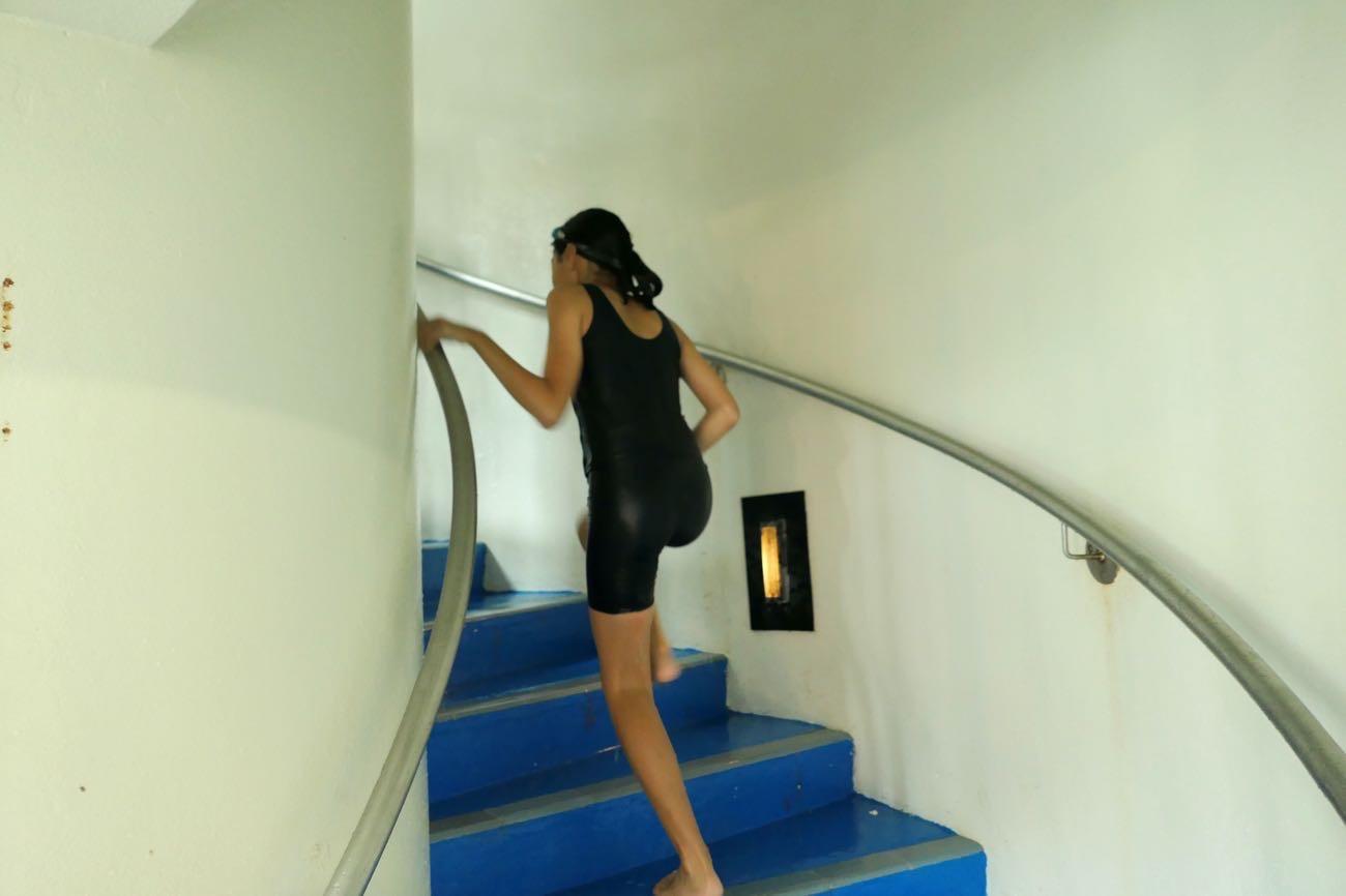 螺旋階段で登っていく