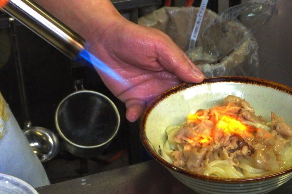 豚肉をバーナーで炙る!!