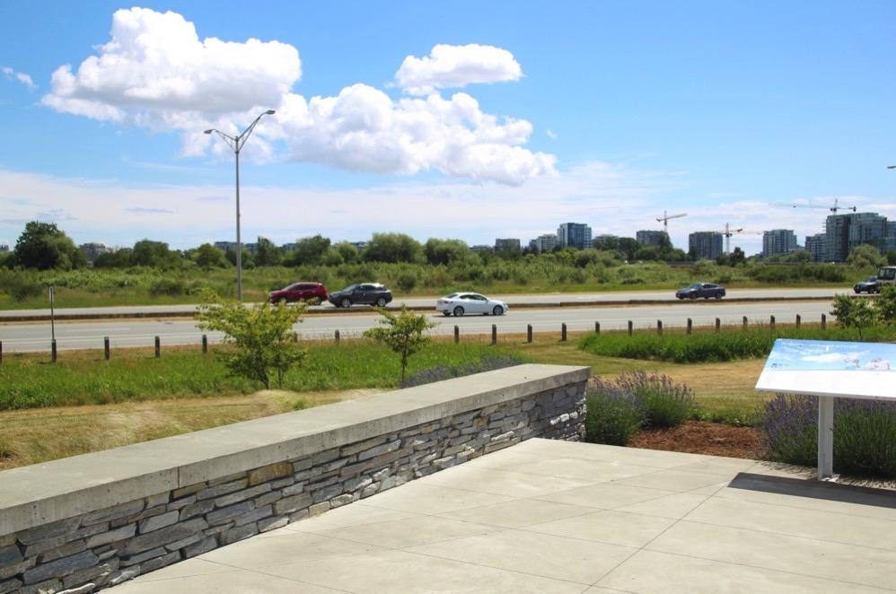 空港公園は高速道路の真横