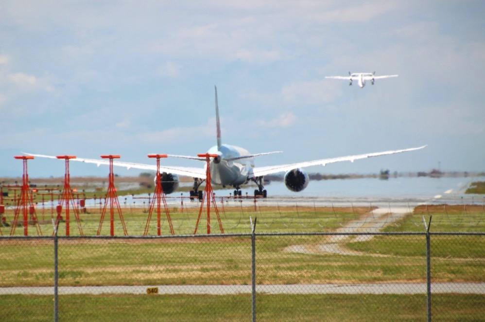 飛行機が飛び立っては次の飛行機が離陸